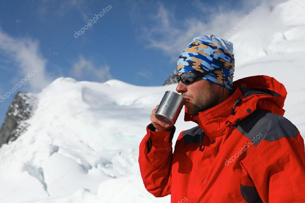depositphotos 67142045 stock photo hiker drink coffee or tea - Що потрібно знати лижнику?