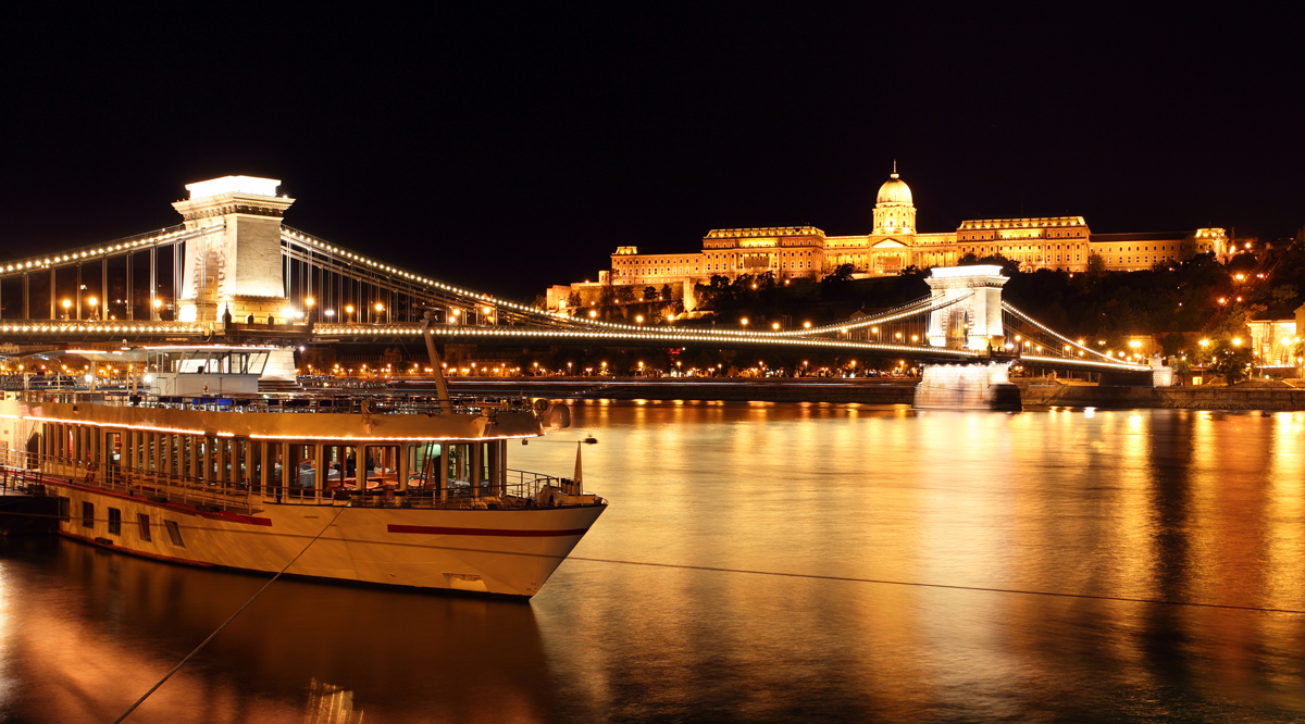 Budapest extension Castle And Chain Brid 44114221.jpg.pagespeed.ce .9pRV386F9K - Итальянская сиеста