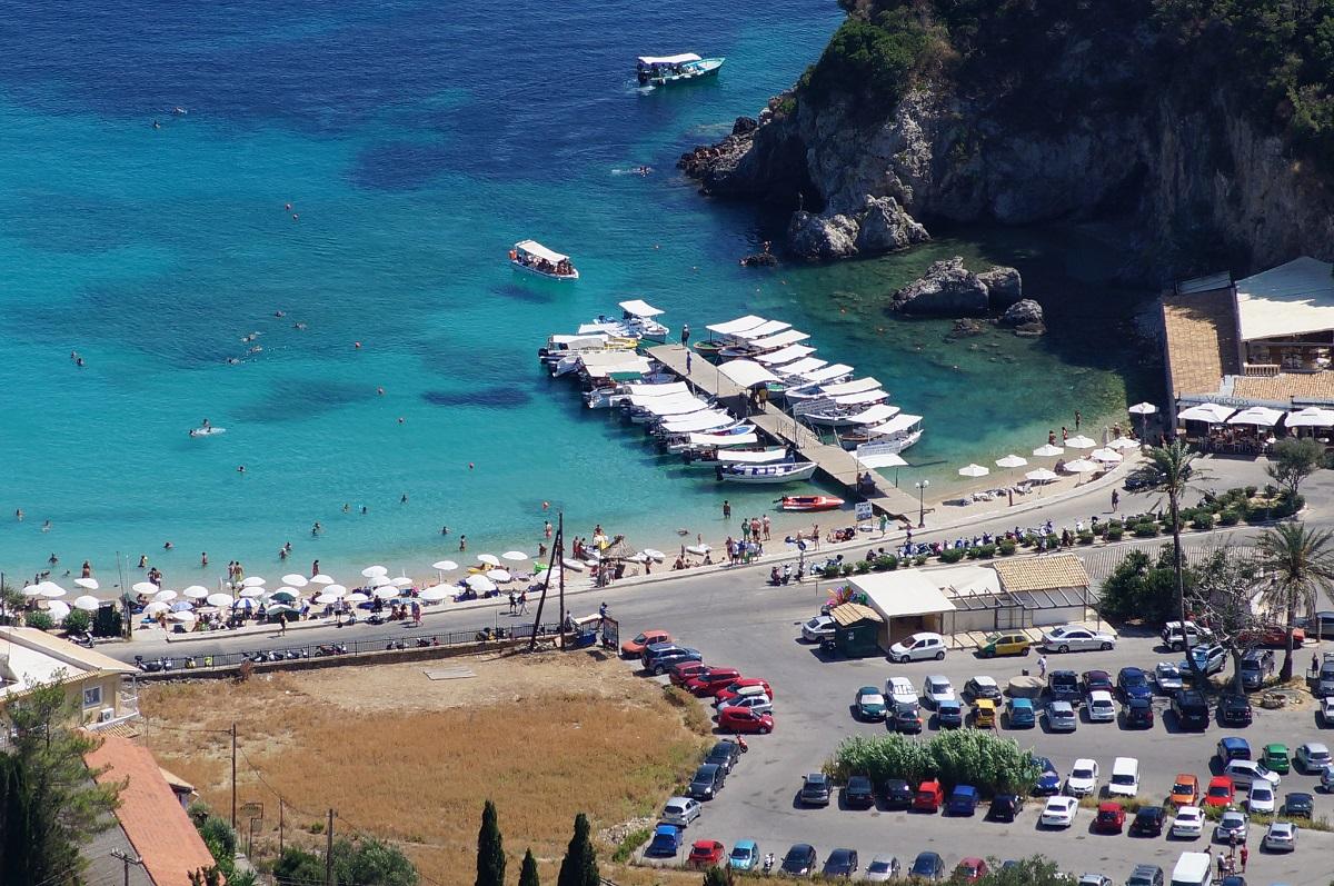 Paleokastrytsa vyd na plyazh y prychal 1 - 9 причин поїхати на острів Корфу