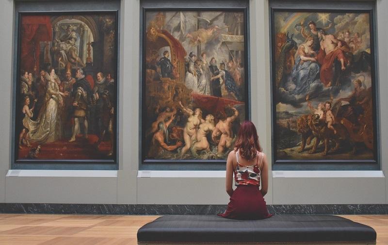 devushka v muzee - Лайфхаки по музеях Європи