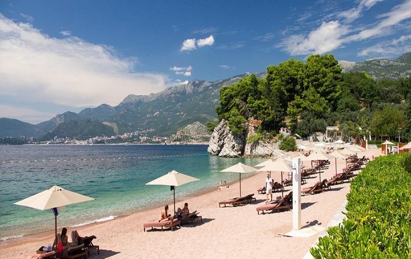 montenegro beach 900x444 69a - Преимущества отдыха в Черногории